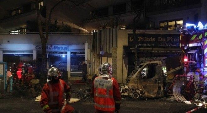 Carros foram incendiados nas ruas de Paris