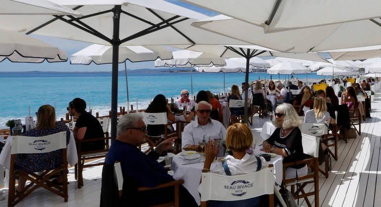 França reabriu a área externa de bares e restaurantes
