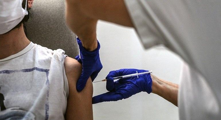 Mudança ocorre no momento em que França enfrenta dificuldades para obter vacinas