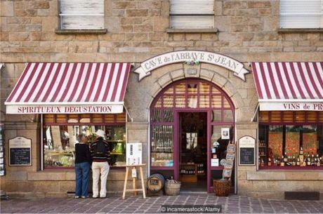 Yannick Heude, dono de uma loja de vinhos de St-Malo, começou a envelhecer vinhos no mar há 15 anos