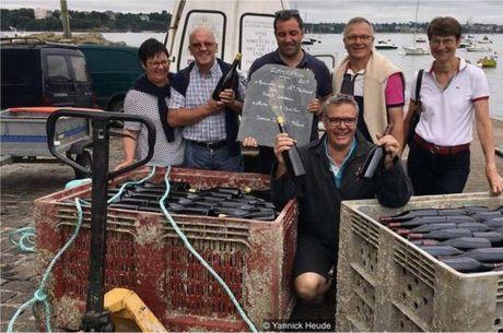 Heude (ao centro) começou a envelhecer o vinho no porto de St-Malo após uma viagem de barco com seus amigos