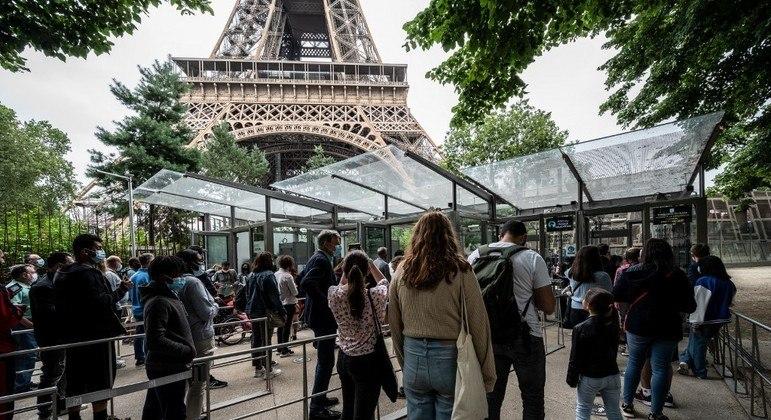 Visitantes aguardam em filas para subir a Torre Eiffel, em Paris