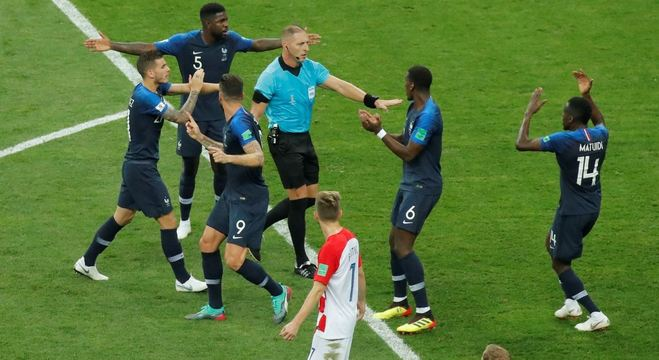 Franceses reclamam de pênalti ao árbitro argentino Néstor Pitana na final