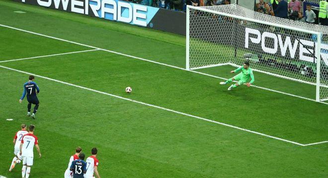 Griezmann cobra pênalti para fazer o segundo gol da vitória da França