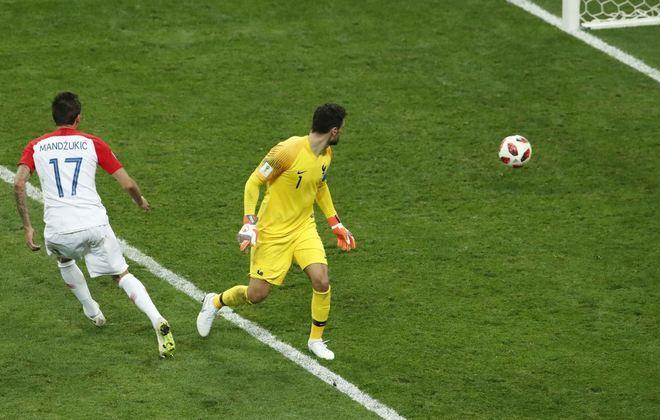 Com o placar adverso, a Croácia aproveitou uma falha do goleiroLloris para diminuir a diferença