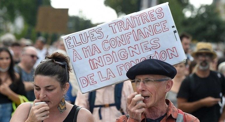 Na França, milhares de pessoas protestam contra passe sanitário