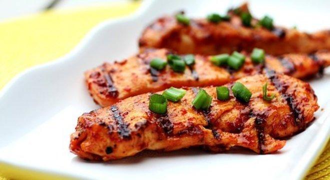 Frango grelhado se consumido em altas doses aumenta nível do colesterol ruim