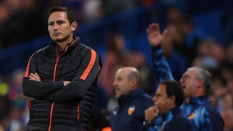 Frank Lampard está reformulando o elenco do Chelsea. O treinador já preparou a barca para sair de Stamford Bridge. A lista de dispensados do Chelsea apresenta algumas surpresas. A principal delas é o meia francês N'Golo Kanté.
