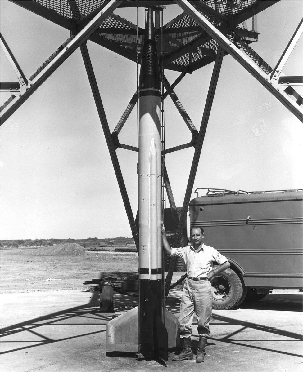 Frank Malina e um míssil em White Sands, no Novo México, em 1946