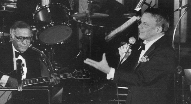 O dia em que Frank Sinatra 'fez a chuva parar' e cantou para 175 mil pessoas no Maracanã