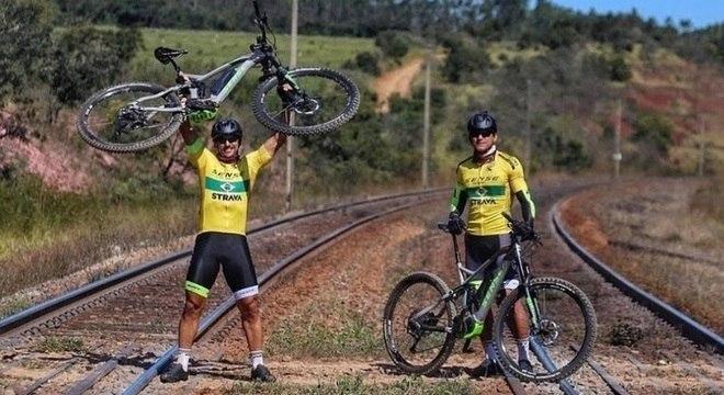 Fred levanta sua bicicleta elétrica que o levou de Minas ao Rio