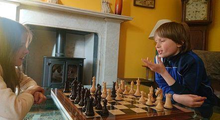 Apesar do talento, o jovem faz aulas e pratica xadrez diariamente