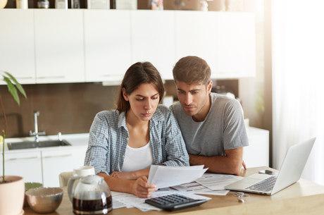 Número de famílias endividadas cai em outubro