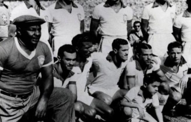 Friaça defendeu a seleção na Copa de 1950, fazendo o primeiro gol da final que terminou com virada uruguaia no Maracanã. Na foto, é o segundo dos abaixados da direita para a esquerda.