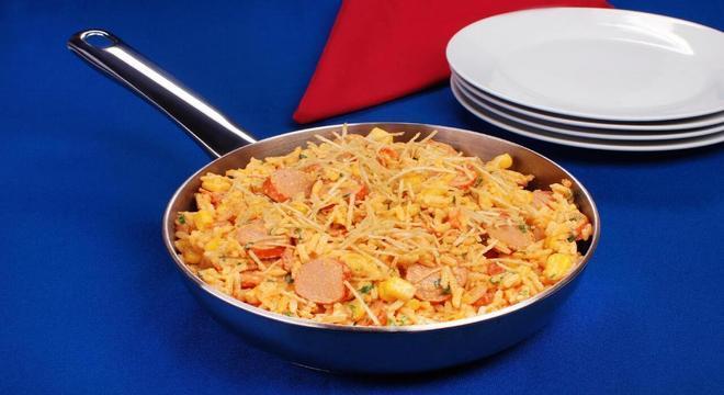 Frigideira de arroz com salsicha
