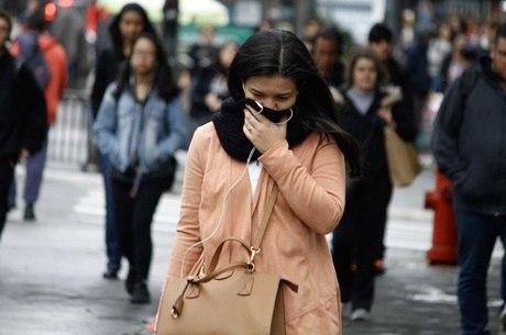 Pedestres se protegem do frio na Avenida Paulista