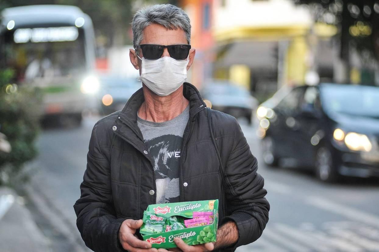 O gaúcho Elisio vende balas e junta dinheiro para visitar a mãe (Reinaldo Canato/R7)