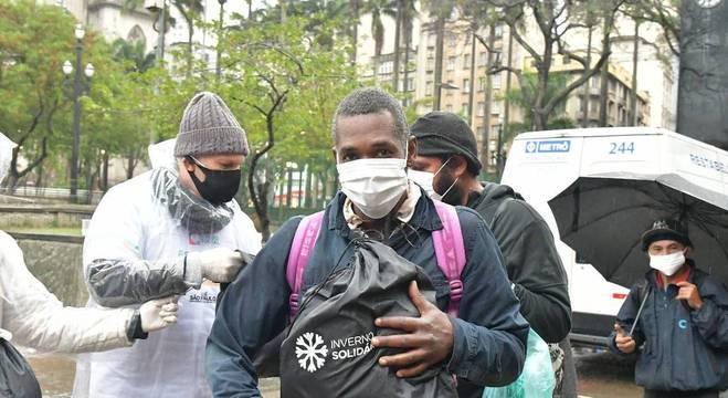 Entrega de cobertores, máscaras e mochilas na praça da Sé, centro de São Paulo