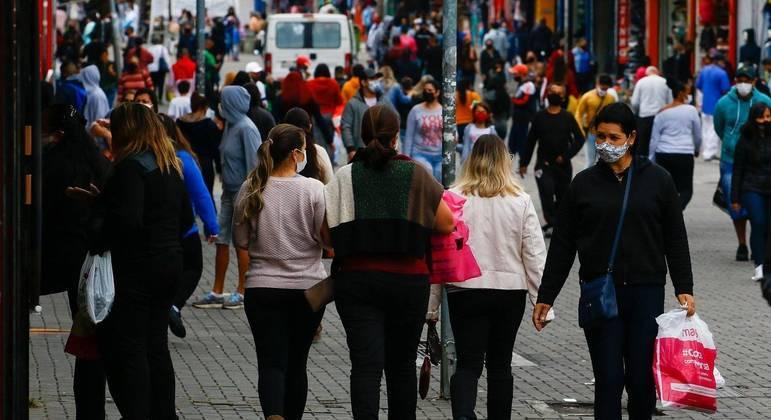 Pedestres enfrentam clima frio pelas ruas da cidade de São Paulo