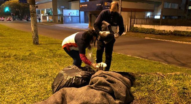 Voluntários ajudam moradores de rua a enfrentar o frio
