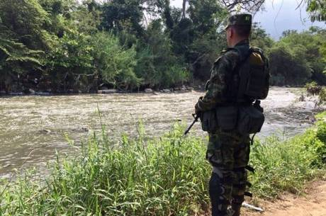 Soldado colombiano patrulha fronteira em Cúcuta