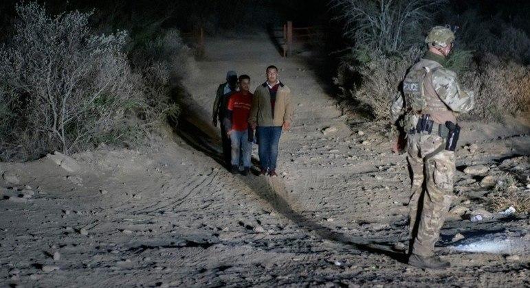 Imigrantes ilegais tentam cruzar a fronteira dos EUA com o México