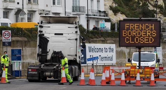 França decide reabrir fronteira com Reino Unido
