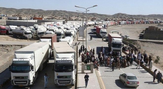 Fechamento da fronteira entre Irã e Paquistão causou um imenso engarrafamento