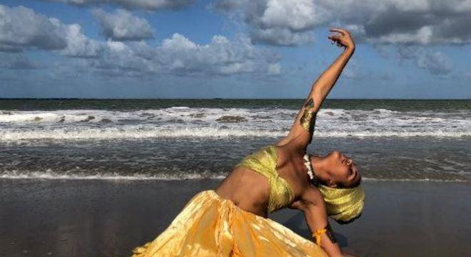Fruto de pesquisa realizada pela atriz, diretora e figurinista recifense Agrinez Melo, a peça conta com 12 atores-pesquisadores em cena