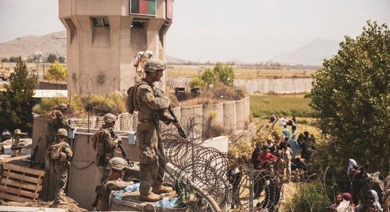 Soldados norte-americanos vigiam entorno do aeroporto de Cabul
