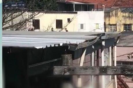 Menores fugiram passando pelos telhado das casas.