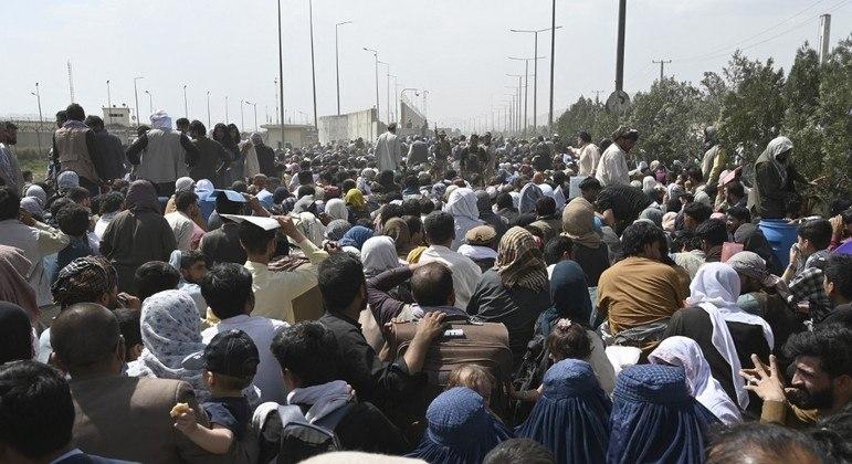 Afegãos lotam estradas para tentar chegar ao aeroporto de Cabul