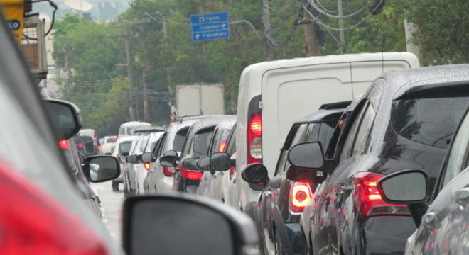 Fuja das áreas de risco. Cruzar áreas alagadas podem causar prejuízo ao veículo / Renato Teixeira