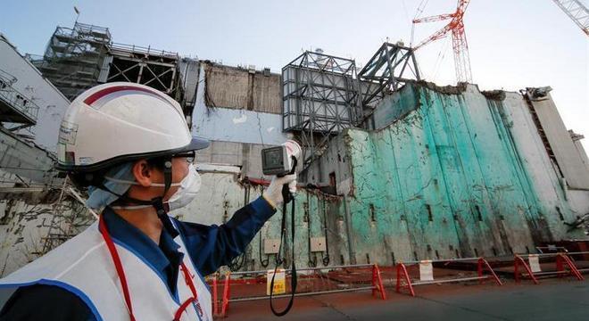 Homem mede a contaminação nuclear da planta de Fukushima