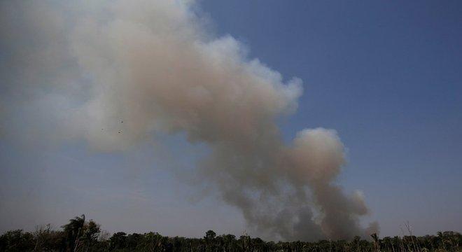 Fumaça na mata na região de Humaitá (AM); Vieira atribui queimadas principalmente ao 'clima seco'