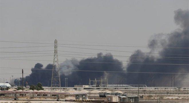 Fumaça preta é avistada após ataque a uma das instalações da Aramco em Abqaiq