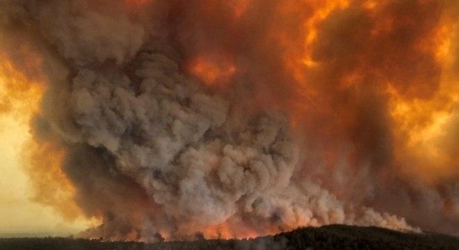 Incêndio florestal em Bairnsdale, na Austrália, na véspera do Ano-Novo