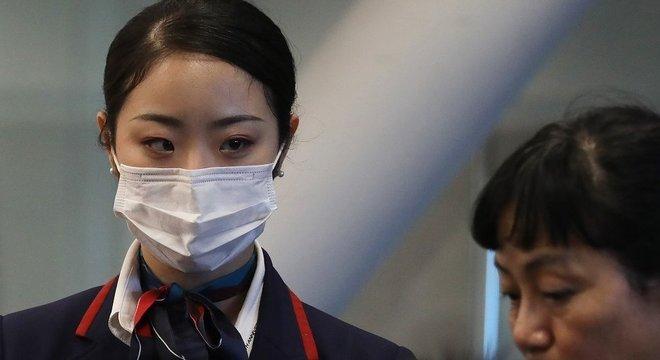 Funcionária da Japan Airlines nos EUA, país que expandiu a checagem de passageiros vindos da China EUA