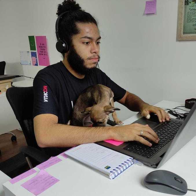 Funcionário da Vitacon durante home office: empresa vai adotar modelo híbrido permanentemente