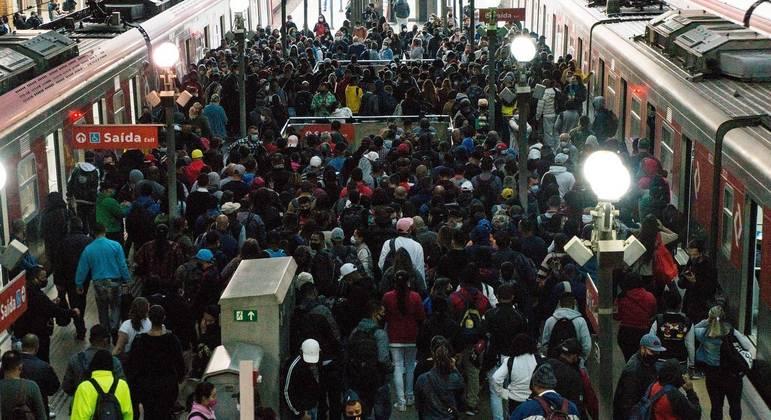 Plataformas do Metrô lotaram na greve de quarta-feira (19), quando houve o acidente