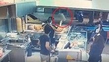 Funcionário golpeia mão-leve com fritadeira para deter furto de pizza