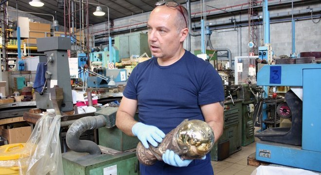 Funcionário manuseia réplica da taça, criada por um ourives italiano depois do campeonato de 1970