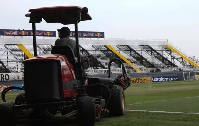 Funcionários arrumam o gramado do Nabi Abi Chedid antes da partida contra o Corinthians, no último dia 2.