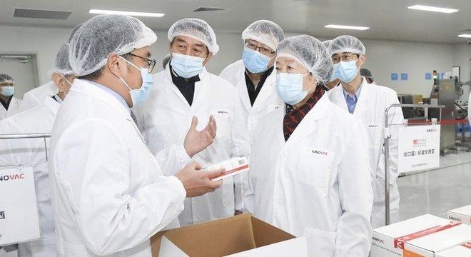 CoronaVac é uma das vacinas que esta sendo aplicada em regime emergencial na China