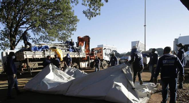 Funcionários do governo do DF retiraram lonas e faixas