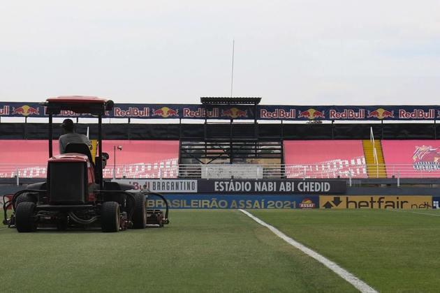 Funcionários trabalham no gramado do Nabi Abi Chedid antes da partida contra o Corinthians.