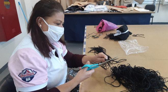 As máscaras são feitas com tecido duplo, elásticos, e têm formato anatômico