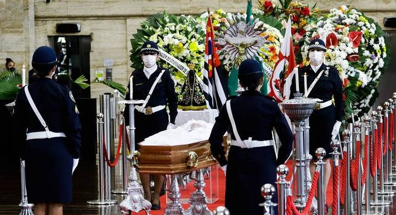 Amigos e familiares se reúnem em salão da Prefeitura de SP para homenagear Covas