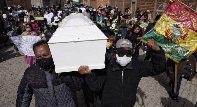 Muitos vizinhos compareceram ao funeral de Esther em 7 de julho