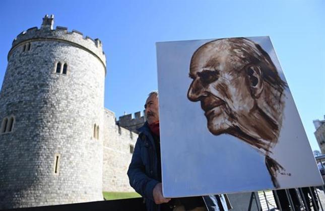 Já nesta, a artista Kaya Marr segura um retrato do príncipe Philip